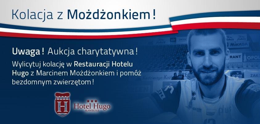 Plakat pokazujący Marcina Możdżonka w koszulce sportowej po prawej stronie i opis aukcji po lewej.